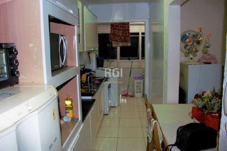 Apartamento de dois dormitórios, dependência de empregada