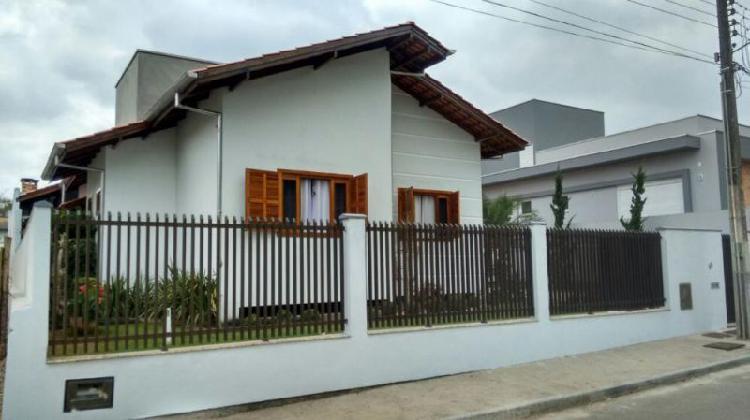 Casa com amplo terreno no maluche