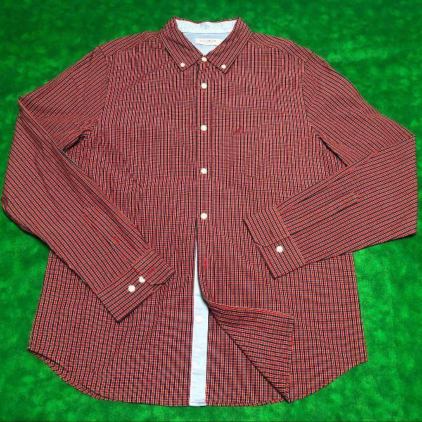 Camisa social xadrez vermelha e azul náutica.