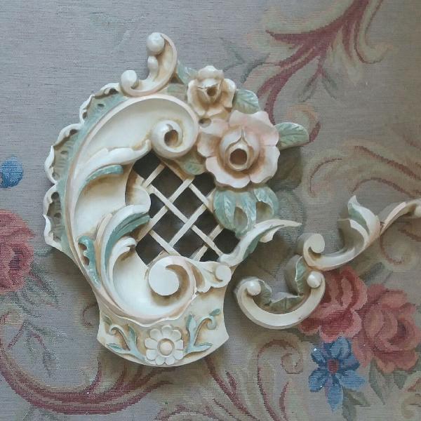 Ornamento em madeira entalhada