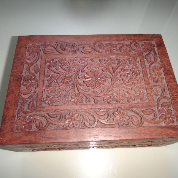 Caixa de madeira entalhada