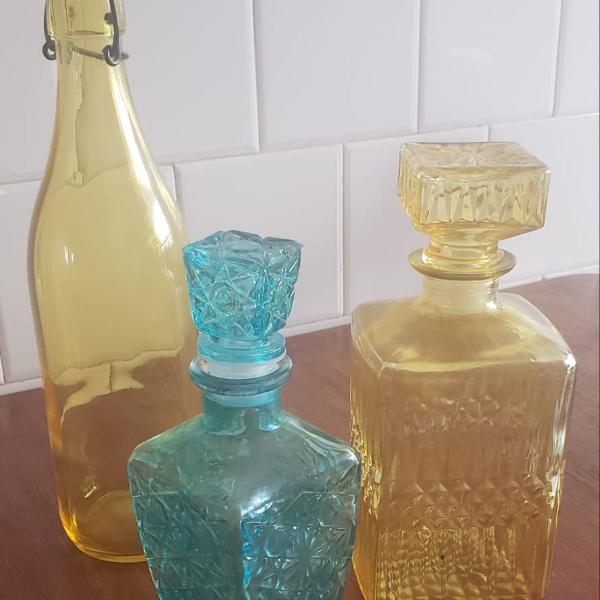 Jogo com três garrafas vintages