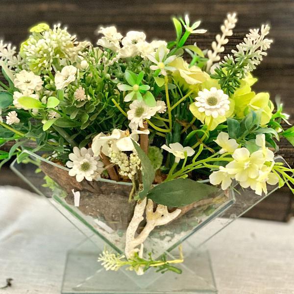 Mini margaridas e flores do campo em vaso triangular