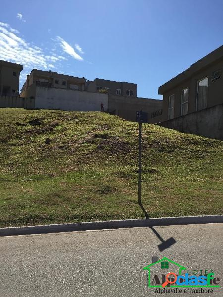Terreno sem vizinho de frente com 750m² em alphaville sp