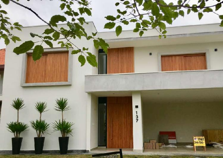 Casa de condomínio para venda tem 390 metros quadrados com