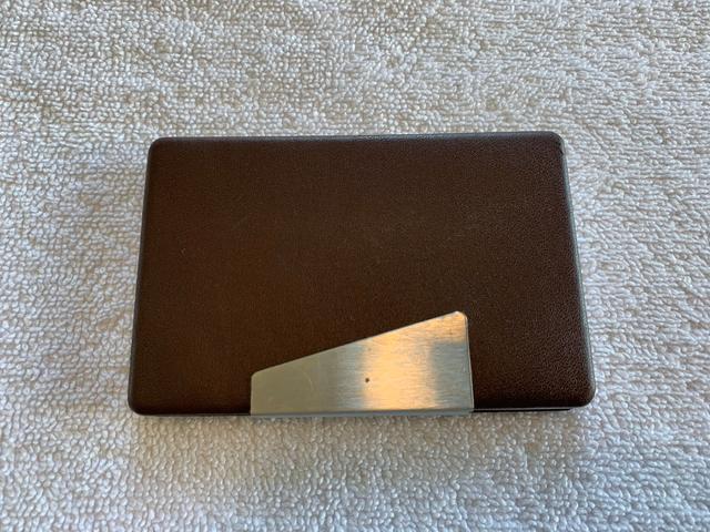 Porta cartões horizontal inox e couro sintético marrom 9,7