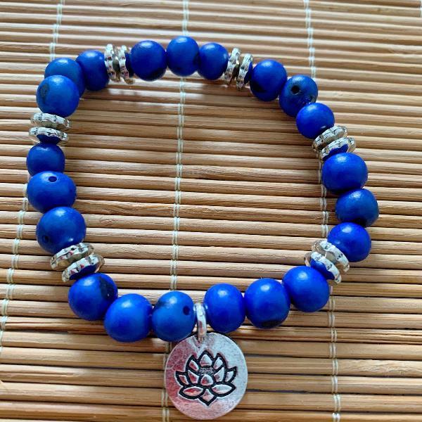 Pulseira sementes de açaí azul escuro pingente flor da