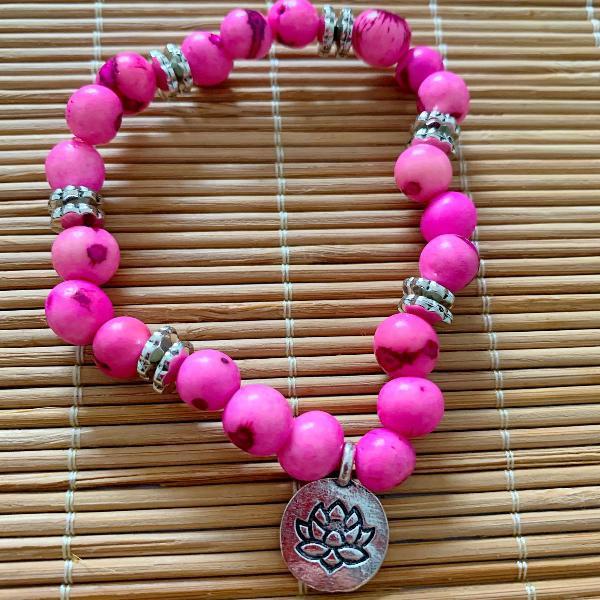 Pulseira sementes de açaí rosa claro pingente flor da vida