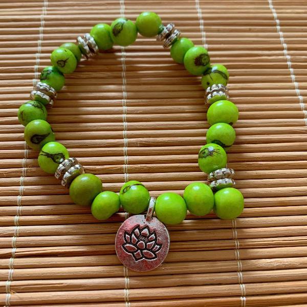 Pulseira sementes de açaí verde claro pingente flor da
