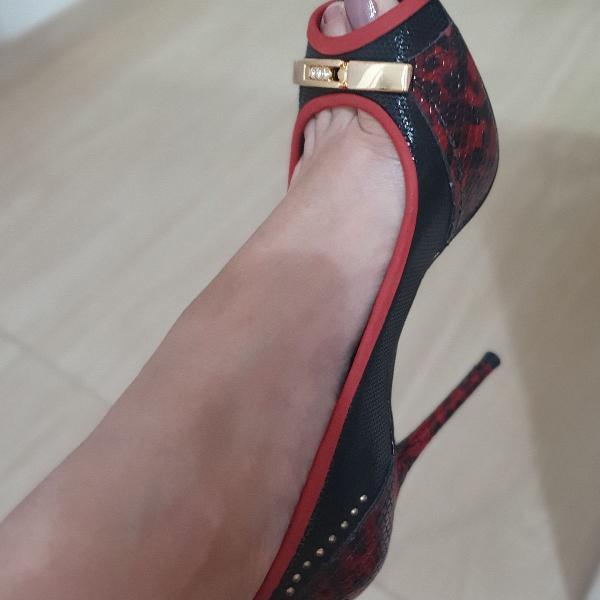 Peep toe preto e vermelho
