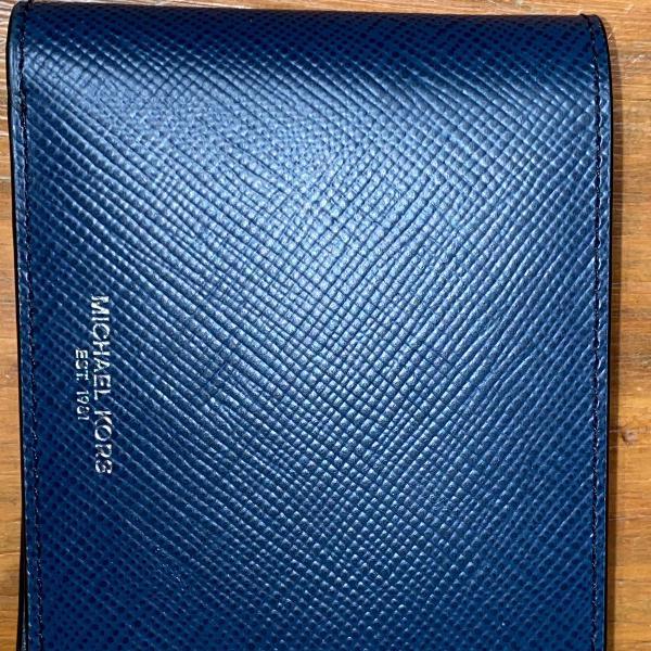Carteira de couro azul marinho.