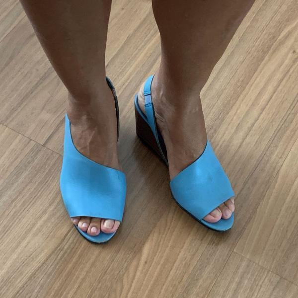 Sandália azul claro com salto anabela