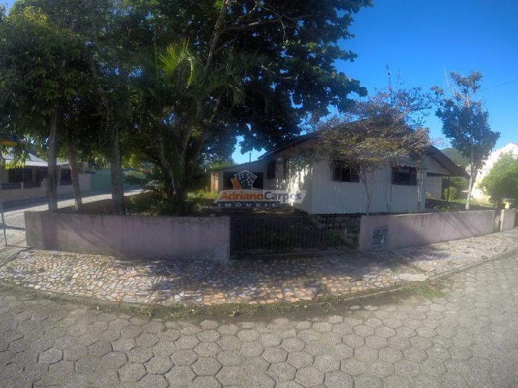 Casa de madeira com amplo terreno no bairro gravatá