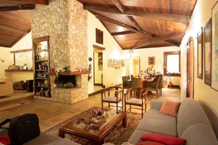 Casa no bosque da ribeira, com 2 salas, lareira, 4 quartos