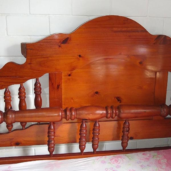 Cama de madeira maciça usada - 1,71m (largura) × 1,92m