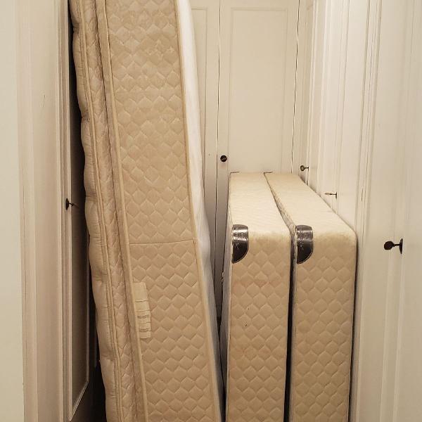 Colchão com cama box plus king sealy royal comfort ótimo