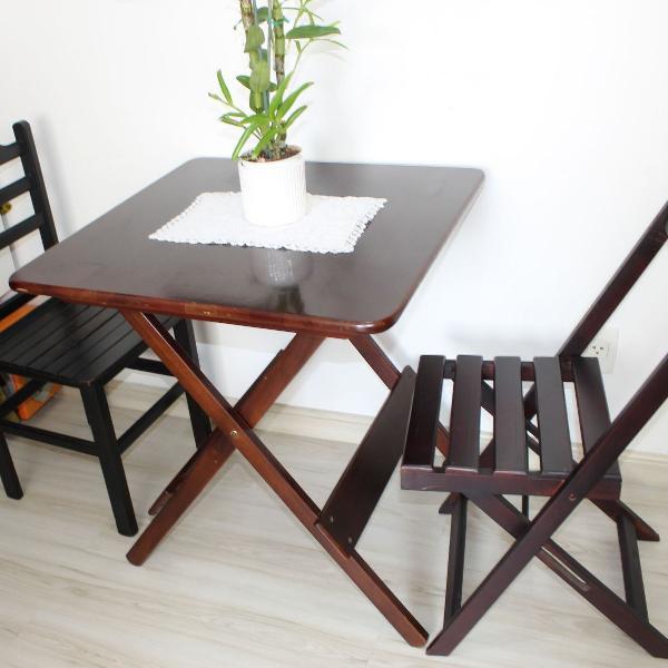 Conjunto de mesa de madeira com duas cadeiras