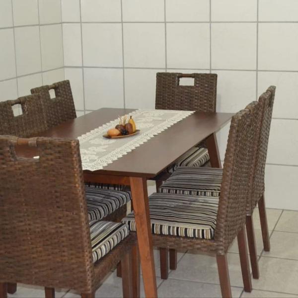 Mesa com 6 cadeiras de madeira e vime