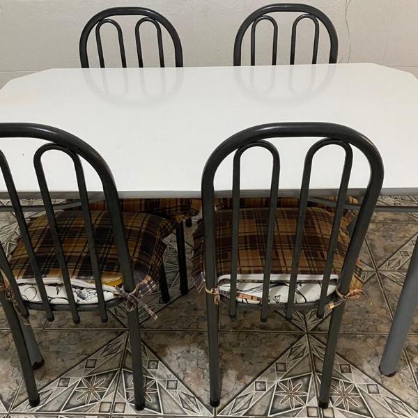 Mesa com quatro cadeiras + brindes