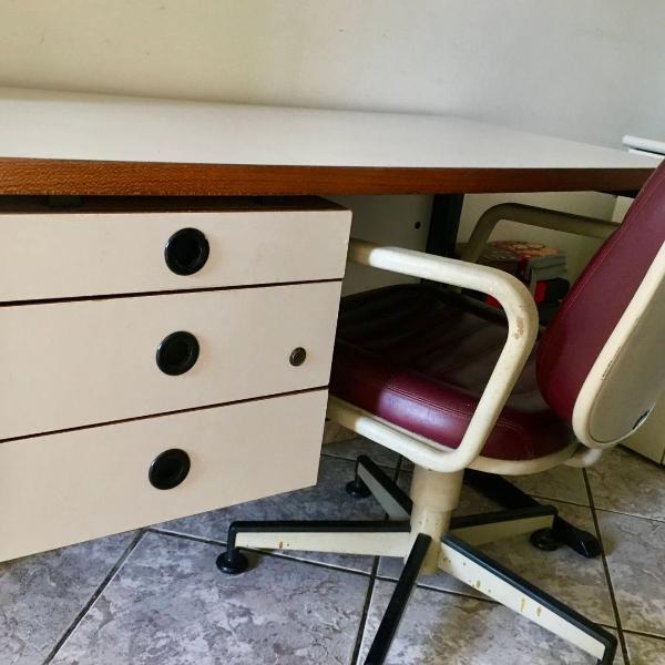 Mesa para escritório com 3 gavetas e pés de ferro.