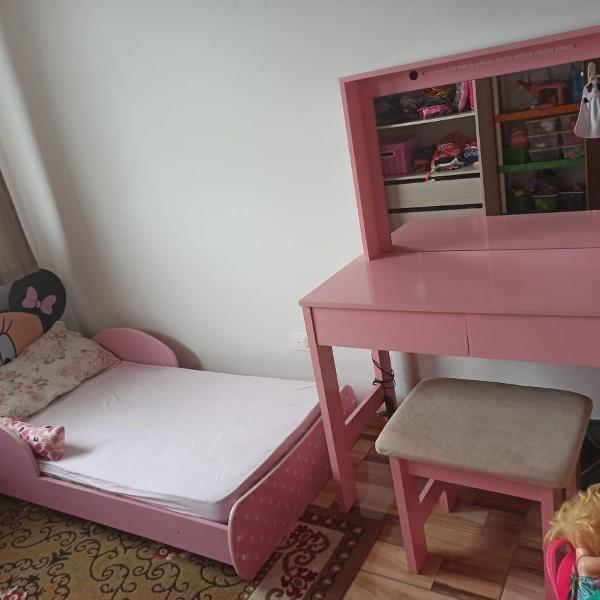 Vendo cama da minnie + penteadeira camarim / semi novas