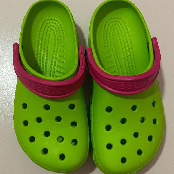 Crocs verde com rosa