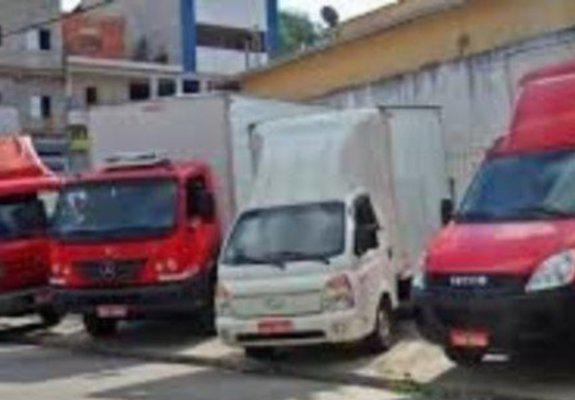 Frete e transporte caminhões bau com plataforma elevatória