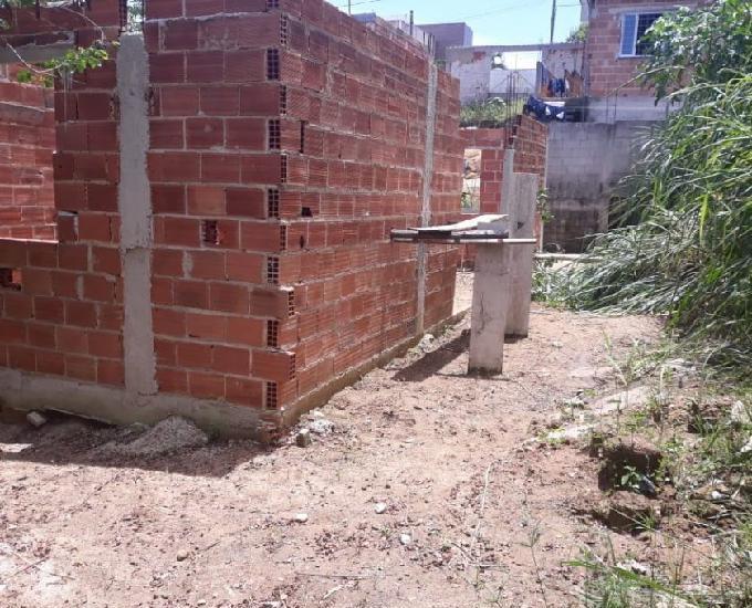Vendo terreno grande, com construção iniciada