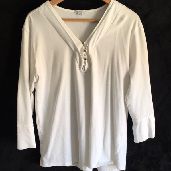 Blusa branca com botões dourados