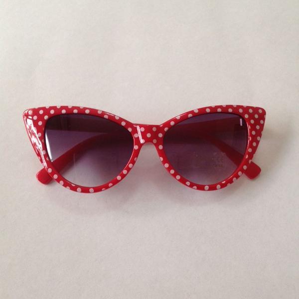 Culos de sol estilo gatinho vermelho detalhe branco
