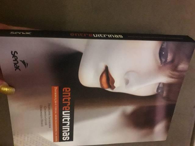 Livro entre vitrinas visual merchandising