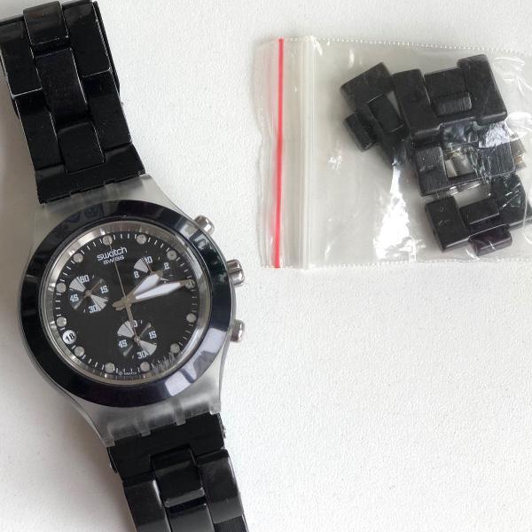 Lindo relógio swatch preto com strass