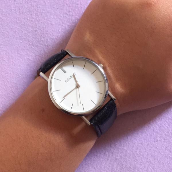 Relógio analógico com pulseira preta