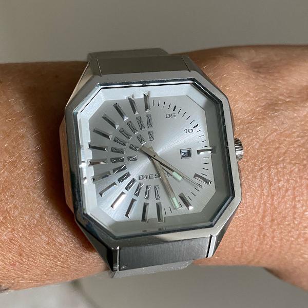 Relógio diesel prateado caixa com detalhes metalizados e
