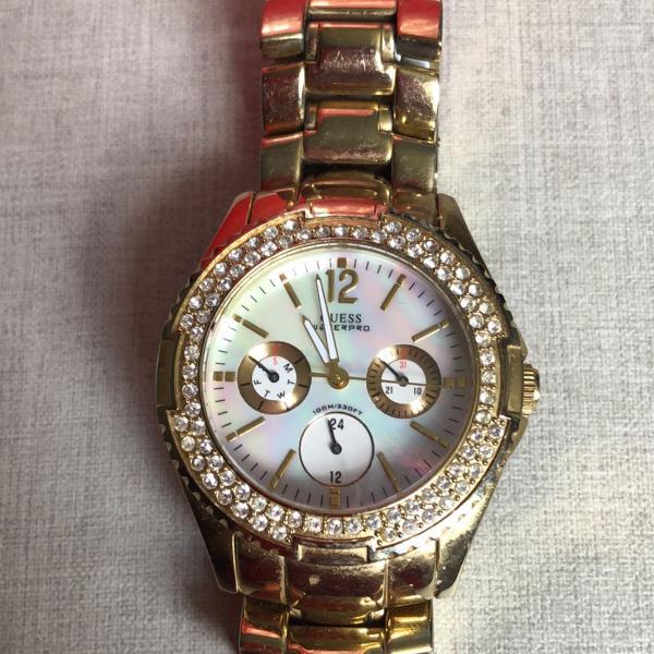 Relógio dourado strass fundo madrepérola original guess