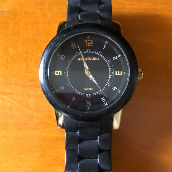 Relógio preto com dourado