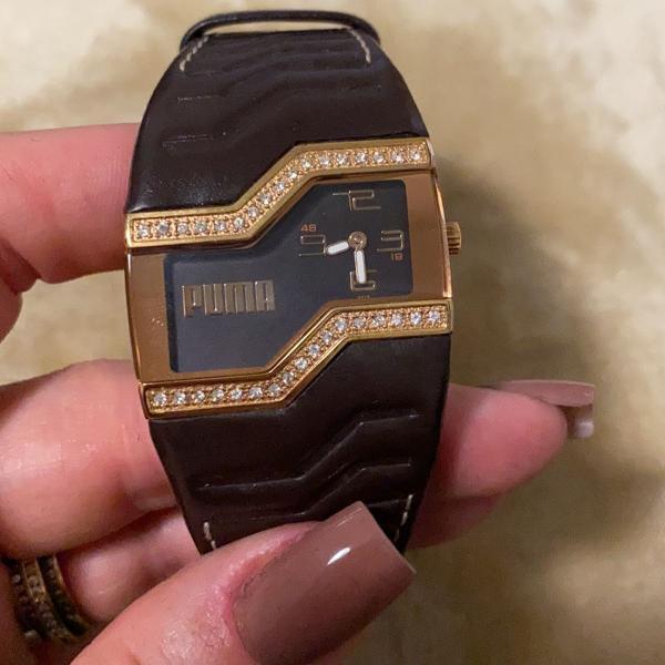 Relógio puma em couro marrom e dourado com cristais -