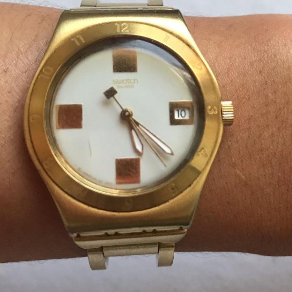 Relógio swatch dourado