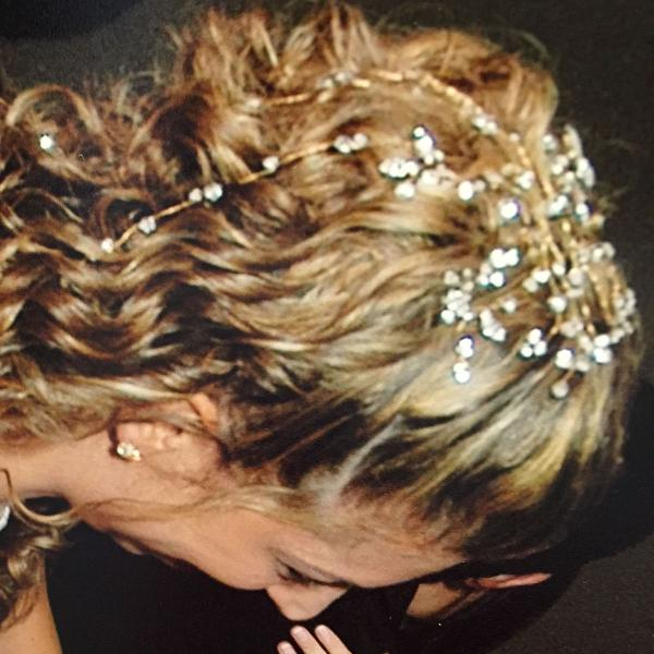 Arranjo de cabelo para noivas em cristaia