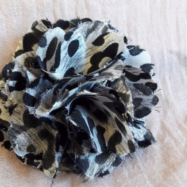 Flor de tecido preta branco estampado enfeite cabelo prenda