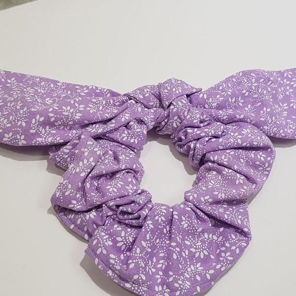 Scrunchie de tecido tricolor estampado lilas flor. modelo