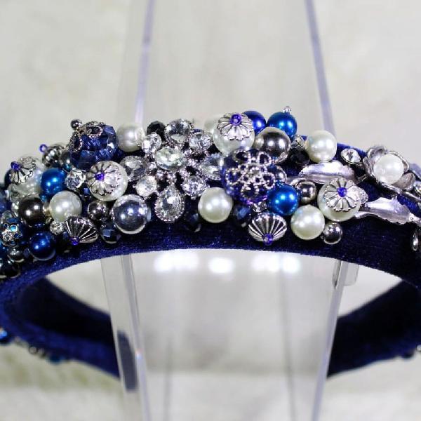Tiara de veludo bordada com pedrarias azul marinho e prata