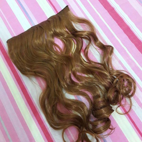 Aplique tic tac de cabelo sintético ondulado cor loiro