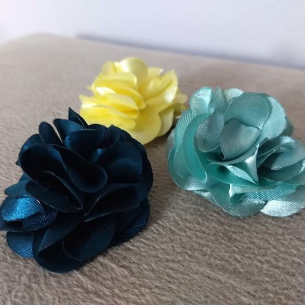 Conjunto de 3 presilhas de cabelo em flor de tecido amarelo,
