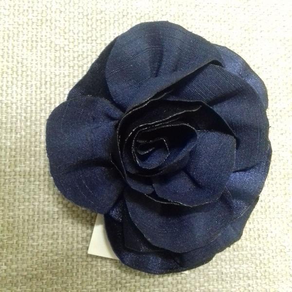 Flor de cabelo azul marinho