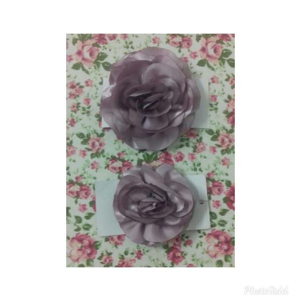 Kit com duas flores de cabelo cor uva