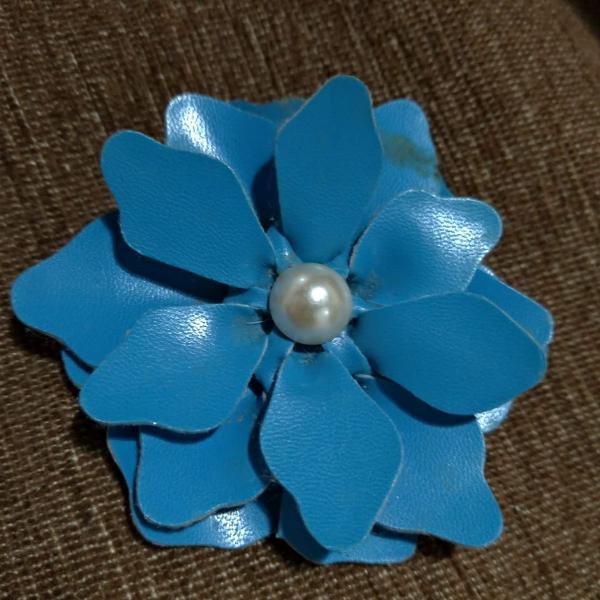 Presilha em couro azul com pérola. artesanal.