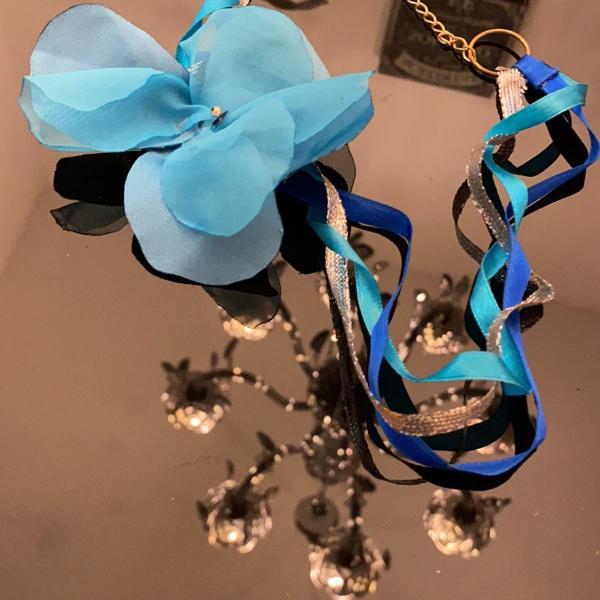 Tiara, faixa, fita ou headband azul com flor em tecido