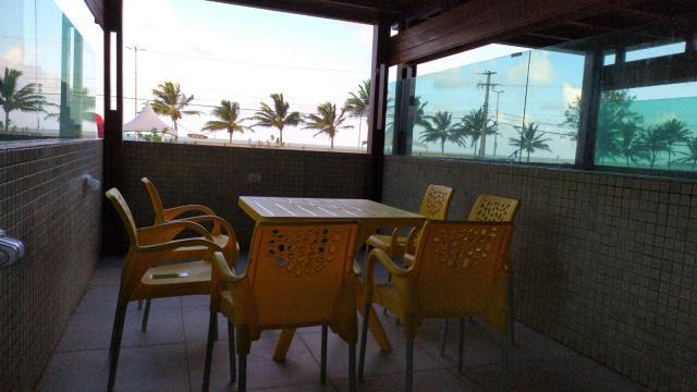 Alugo flat com ampla varanda em frente mar