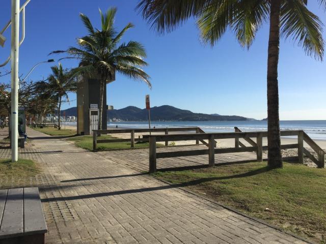 Apartamento prédio frente mar meia praia itapema